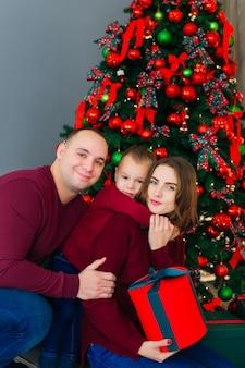 お父さん、お母さんと息子のクリスマスツリー。閉じる。