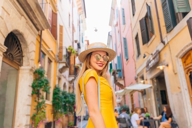 Портрет молодой девушки в платье, лодочнике и солнцезащитных очках