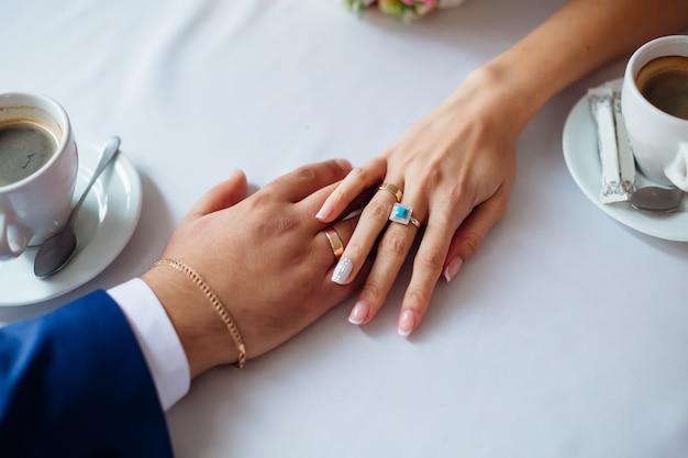 カフェのテーブルに新婚夫婦の平面図手。新婚夫婦