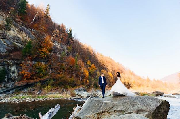 美しい風景、空と森の新郎新婦。秋