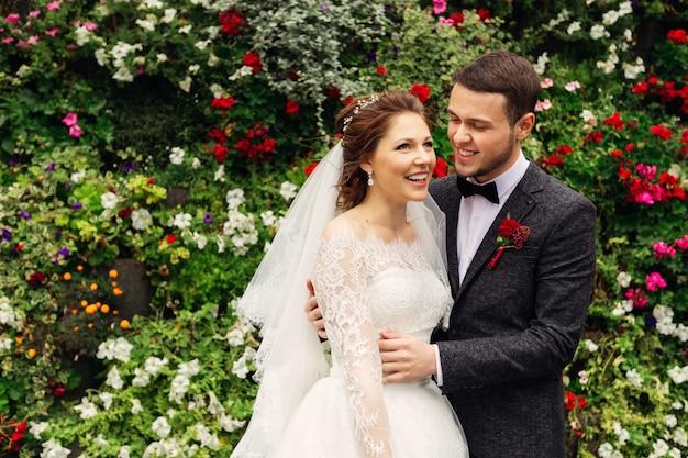 色とりどりの花を背景に幸せな花嫁の笑顔