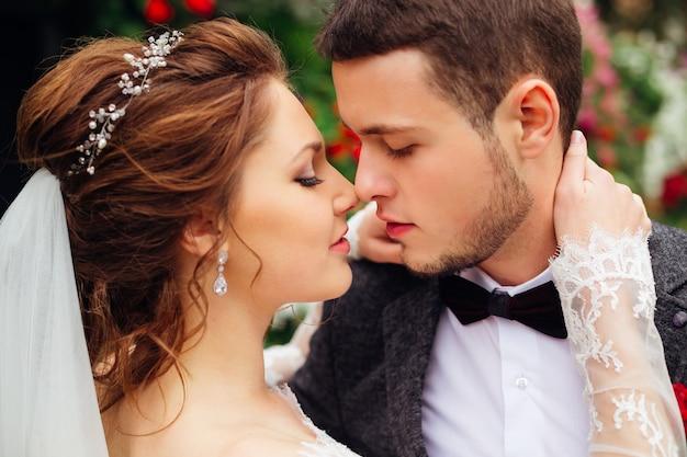 キスしたい壮麗な花嫁と優雅な新郎の情熱