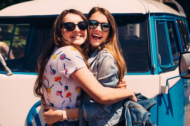 Две лучшие подруги обнимаются и смеются в ретро тонировке