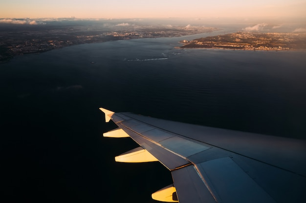 Плоское крыло над водой на солнце перед посадкой