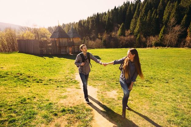 彼女のボーイフレンドと手を繋いでいると彼を導く美しい少女