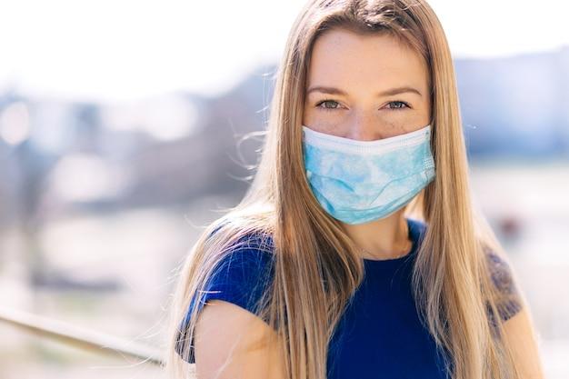 Женщина носит маску из-за загрязнения воздуха или вирусной эпидемии в городе