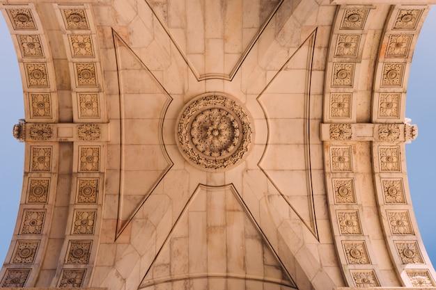 Красивый яркий средневековый потолок