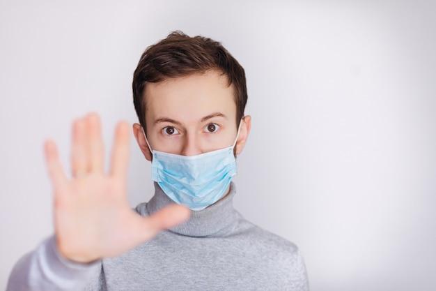 Здоровый человек показывает жест