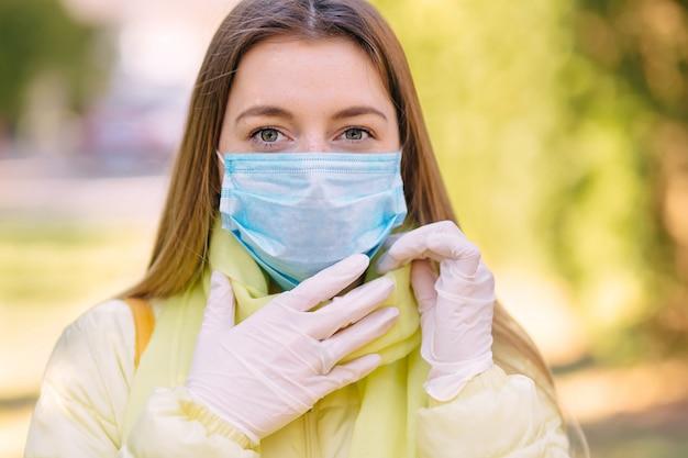 Женщина, носящая маску во время коронирусного вируса