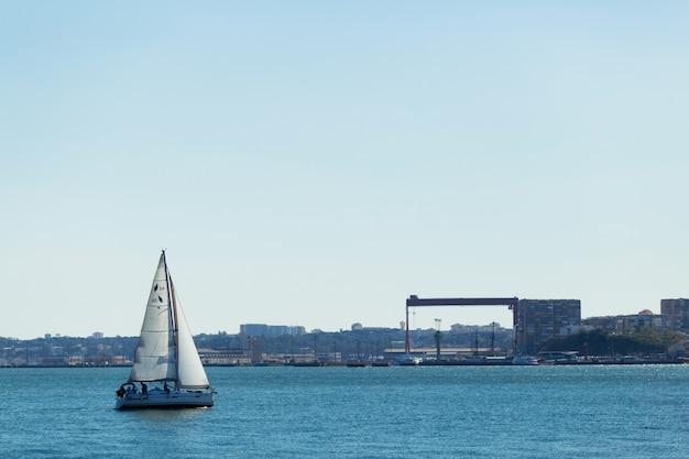 Парусная регата на море с городского побережья