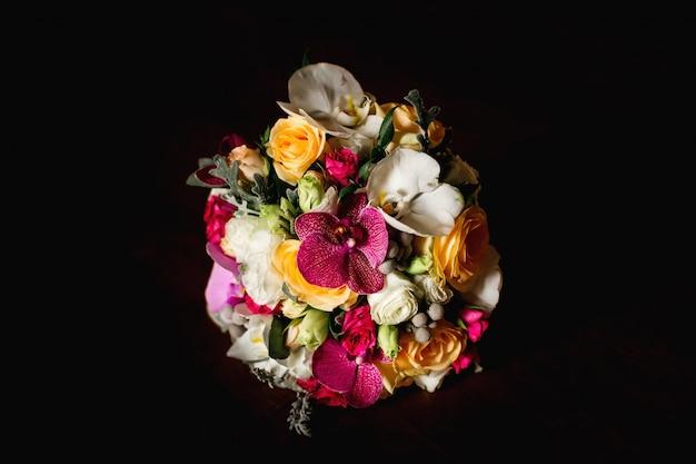 色とりどりのバラが入ったシックなウェディングブーケ