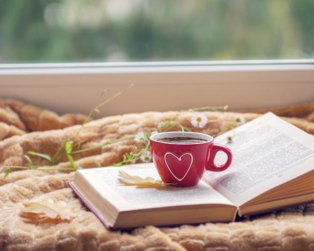 ウィンドウと秋の自然の中でホットコーヒー。