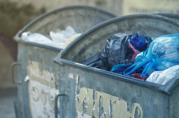 ごみでいっぱいのゴミ箱