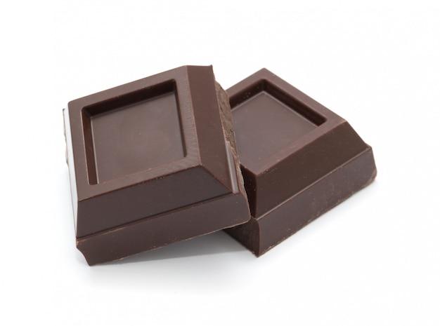 Сломанная плитка шоколада изолированная на белизне