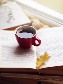 Горячий кофе в окне и осенней природе.