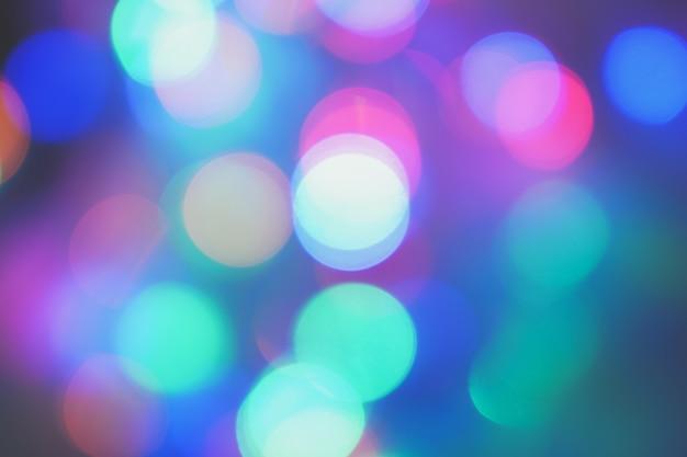 ブルーパープルピンクの夜の街の明かりの背景のボケ味