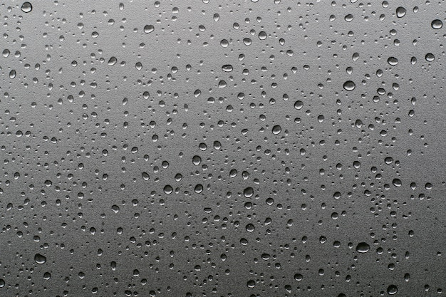 Капли дождя на оконных стеклах