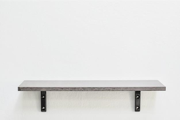 壁に空の木製棚