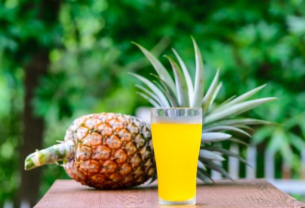 新鮮な果物とガラスのパイナップルジュース