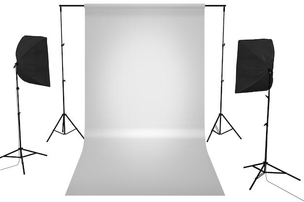 Студия светло-серого цвета с белым холстом и софтбоксом