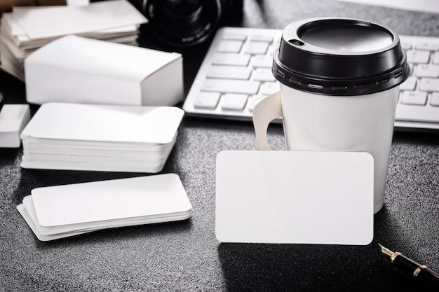 デザインビジネスコンタクトのためのテーブル上の空の名刺模型