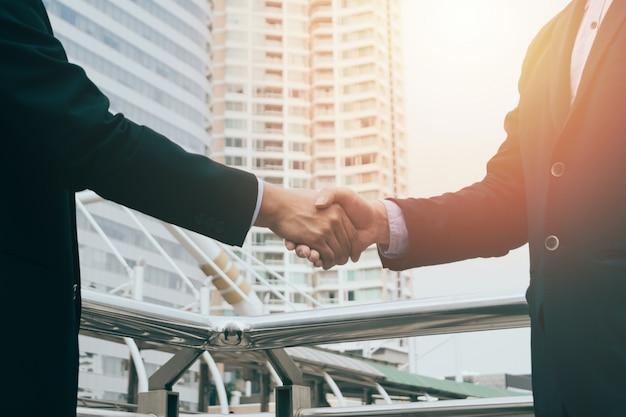 契約を締めているビジネスマンハンド、ビジネスチームのパートナーシップコンセプト