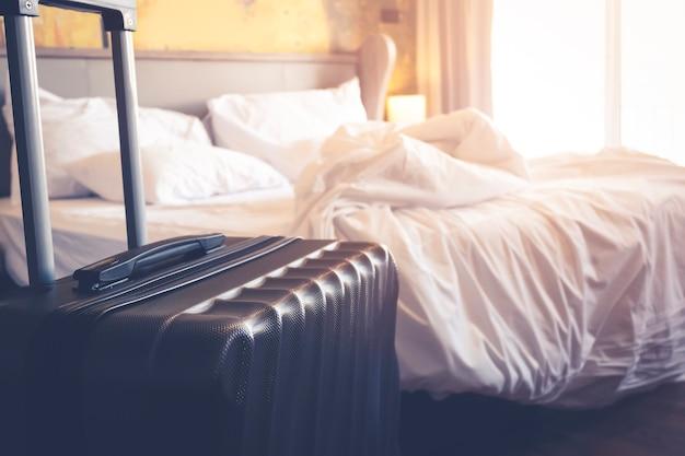 Чемоданы сумка для багажа в современном гостиничном номере до туризма для регистрации или выезда из отеля