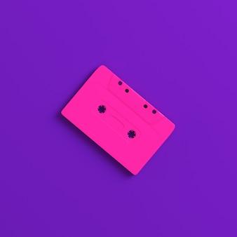 Чашка аудиокассеты на фиолетовой предпосылке. концепция минимализма