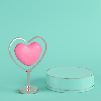Розовое сердце в подставке на ярко-зеленом фоне