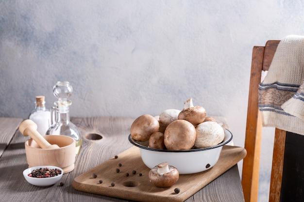 シャンピニオンキノコとスパイスの木製テーブル。