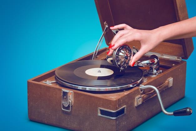 Старый портативный граммофон с женским пин-ап
