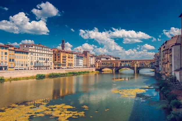 Мост понте веккио во флоренции, италия, летом, тонированное изображение