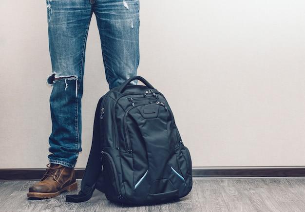 Человек в джинсах с рюкзаком