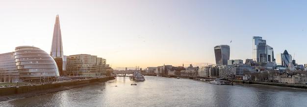 テムズ川のほとりのパノラマ。ロンドンの金融街の街並み