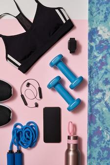 自宅やスタジオやジムでのトレーニングのための女性のトレーニング機器の平面図です。健康的なライフスタイルのコンセプト