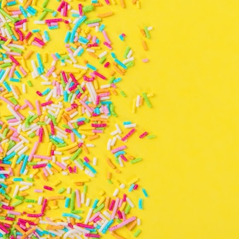 背景としての砂糖散水ドット、ケーキやパン屋の装飾。黄色に分離されました。