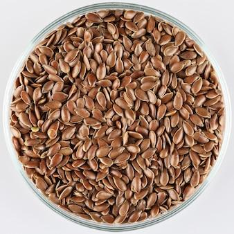 ガラスプレート上の亜麻の種子またはリンシード。亜麻仁または亜麻仁のコンセプトです。亜麻仁食物繊維。