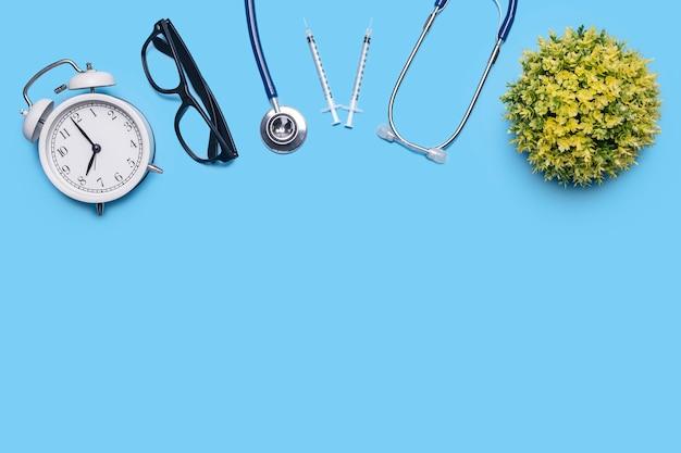 聴診器を使用した、ウイルスのある検診患者の健康および医療検査のレイアウト