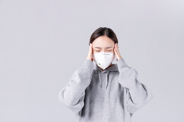 Новая концепция коронавируса. азиатская женщина имеет заложенный нос или насморк и лихорадит.