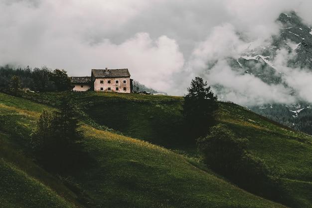 山の白と灰色の家