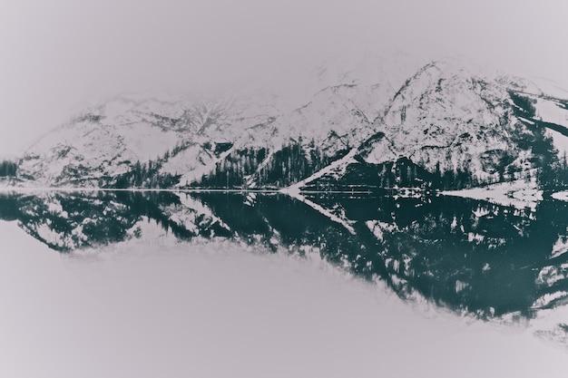 Пейзаж снежных гор возле озера