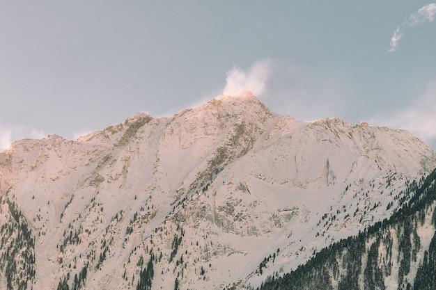 雪景色で覆われた山