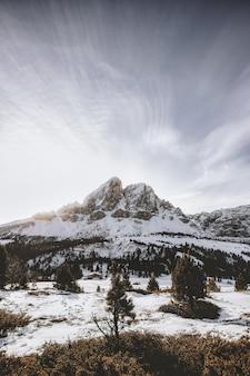 雪に覆われた山脈