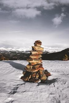 雪の上の石のスタック