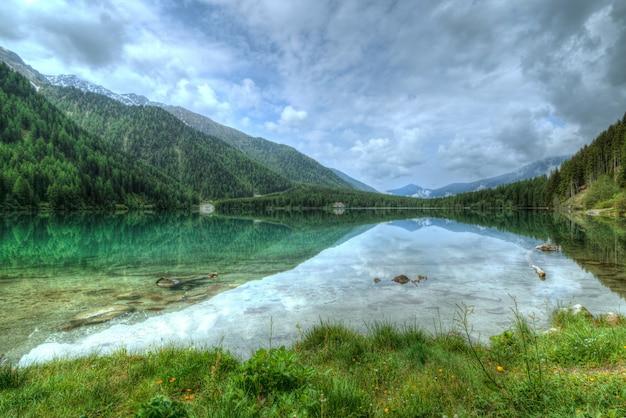 木々に覆われた山の近くの湖