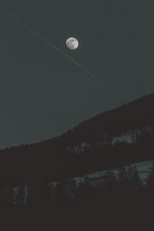 暗い空の美しい月