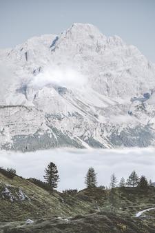 青い空の下の灰色の山