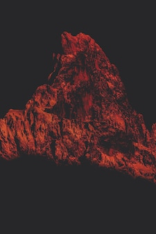 赤い色の山