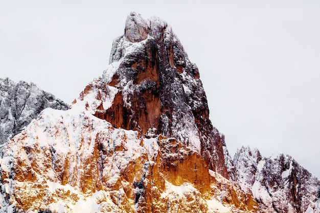 雪に覆われたロッキーマウンテン