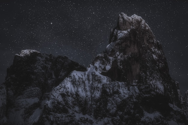 Горные вершины в ночное время